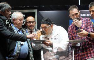 Los chefs Paco Roncero y Juan Mari Arzak han ejercido de maestros de ceremonia en la subasta de la trufa negra de Soria en Madrid Fusión.