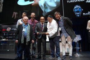El chef Andrea Tumbarello y los responsables de la productora en la subasta de la trufa negra de Soria en Madrid Fusión.